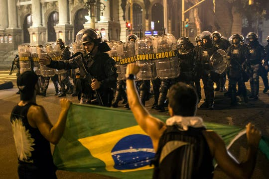 En Río de Janeiro, miles de personas se manifestaron y las fuerzas de seguridad intentaron controlarlos. Foto: AP