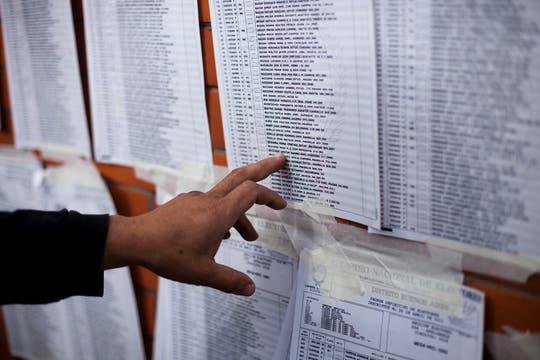 Una persona busca su nombre el el padrón electoral. Foto: AP