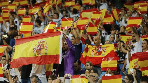 Estadio Santiago Bernabéu. Los hinchas del Real Madrid gritaron a favor de una España unida
