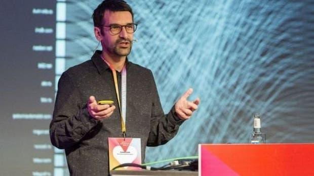 Vladan Joler dice que todos los usuarios de Facebook trabajan en nombre de la compañía