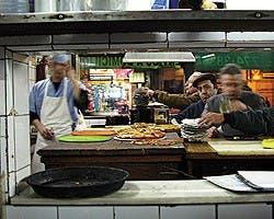 Desde la legendaria El Cuartito hasta la vanguardia de El Almacén de Pizzas, pasando por la canchera de Angelín o la mitología detrás de Las Cuartetas. En Brando te decimos cuáles son los templos de la pizza de nuestra ciudad.