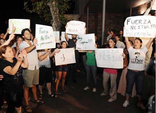 Varias personas se acercaron al lugar para darle apoyo a Kirchner. Foto: LA NACION / Mauro Alfieri