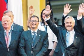 De izq. a der.: Jaime Ravinet (Defensa), Rodrigo Hinzpeter (Interior), Piñera y Alfredo Moreno (Cncillería). De los cuellos cuelgan los pendrives