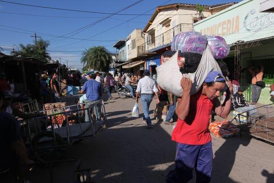 El contrabando hormiga entre Clorinda y Asunción de Paraguay,  es una postal permanente, lo hacen cruzando el río Pilcomayo por el Puente de la Amistad. Foto: LA NACION / Ricardo Pristupluk / Enviado especial