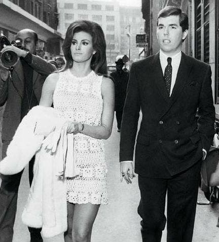 Gracias al productor Patrick Curtis, la bella Raquel Welch se convirtió en un ícono sexual. En la boda que celebraron en 1967, la novia sorprendió con su vestido.