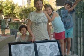 Gabriel Palesa mantiene a sus hijos vendiendo retratos y viven en un hotel