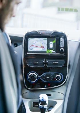 El Zoe cuenta con un navegador Tom Tom especial para autos eléctricos, que incluye la ubicación de los cargadores (funcionan con una tarjeta) callejeros