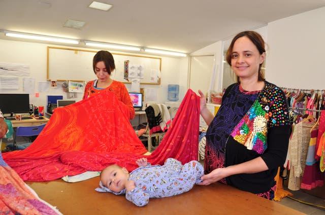 Mariana Cortés va con su bebé de dos meses a los talleres de su marca, Juana de Arco