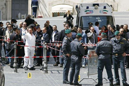 Un hombre abrió fuego a los policías que custodiaban el palacio donde juraba el nuevo premier italiano Enrico Letta. Foto: Reuters