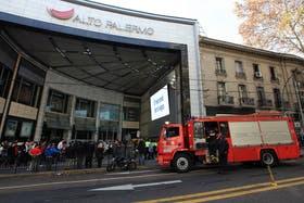 Humo y evacuación en el shopping Alto Palermo. El principio de incendio tuvo lugar en un sótano del centro comercial