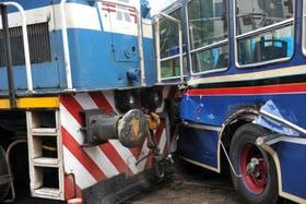 Un tren carguero embistión a un colectivo de la línea 64 en el barrio de La Boca