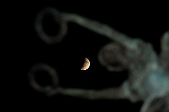 El eclipse completó su fase final a las 6.20 y el satélite natural de la Tierra volvió a iluminarse y recuperó su aspecto habitual. Foto: AFP
