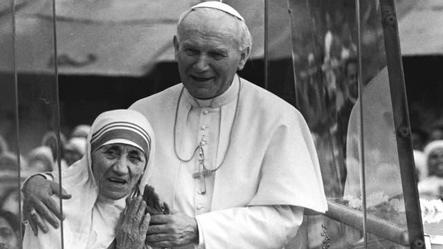 Juan Pablo II junto a la Madre Teresa en 1986
