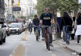 Mientras cada vez más gente usa la bicicleta, hay pocos lugares para estacionarlas
