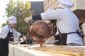 Maestros chocolateros prepararon una barra de chocolate de 142,5 metros en el centro de Bariloche