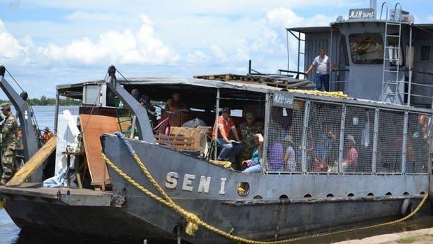 Los evacuados de Alberdi llegan en una barcaza al puerto de Formosa