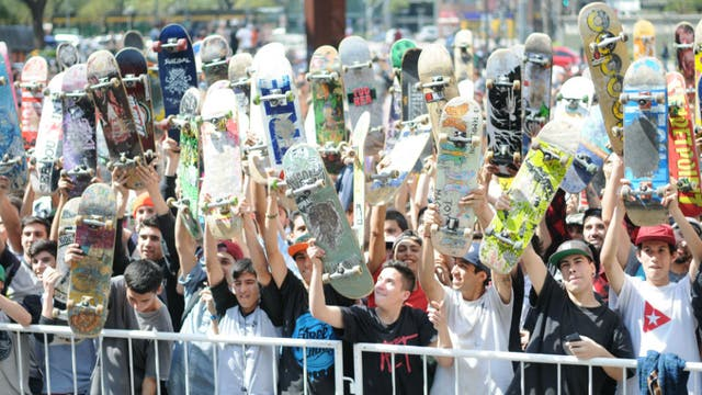 Los skaters, con las tablas en mano, a punto de salir a las calles
