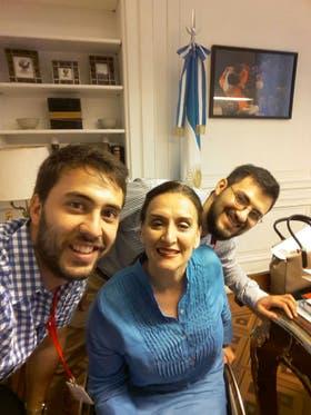 Diego Blas presentó su creación, ErniBike, a la vicepresidenta de la Nación, Gabriela Michetti, junto a un colaborador del equipo ErniBike, Pablo Campero