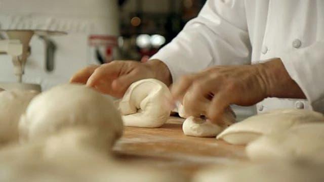 Hay que amasar para no dejar escapar el gas que creará burbujas y hará que el pan sea esponjoso