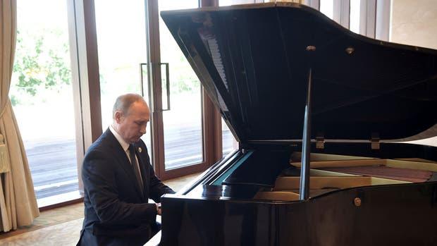 Putin, el músico: se puso a tocar el piano en China mientras esperaba a Jinping