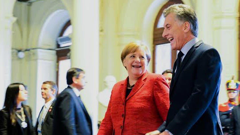 La canciller alemana Angela Merkel es recibida por el presidente Mauricio Macri en la Casa de Gobierno. Foto: Presidencia