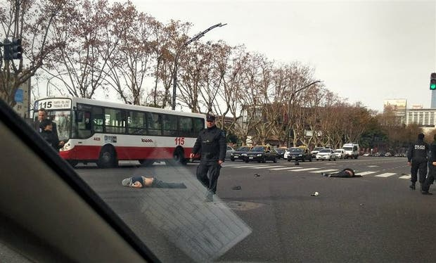 Los motochorros, muertos sobre la calzada en la avenida del Libertador