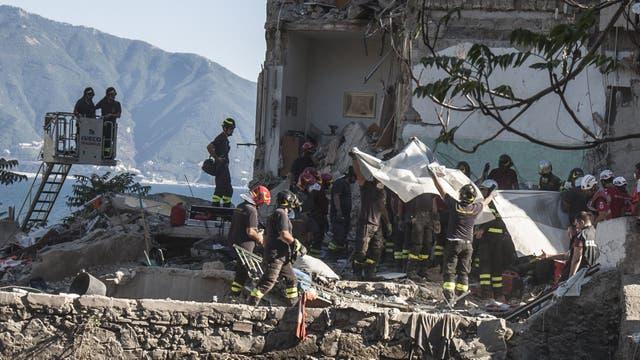 Policía, bomberos y miembros de Protección civil participaron de la búsqueda de los cuerpos