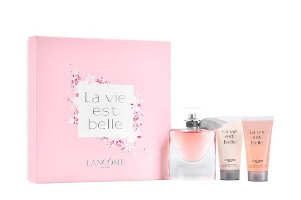 La Vie est Belle de Lancôme. Eau de Parfum. Grosella negra y pera como notas de salida, iris, flor de naranjo y jazmín, componen el corazón y haba tonka, praliné, pachuli y vainilla son las notas de fondo.