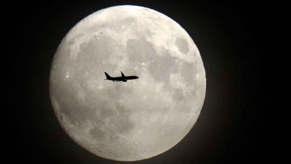 Un avión se acerca al aeropuerto Heathrow, en Londres foto: AFP