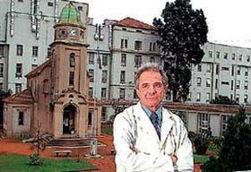 El profesor Roberto Sica, con el fondo del hospital Ramos Mejía