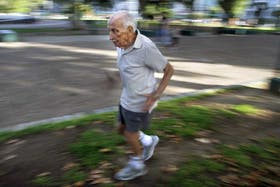 De paso por Buenos Aires, Efraín aprovecha para darse el gusto de dar unas vueltas por el parque Centenario