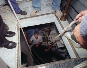 El féretro profanado en la Chacarita. A raíz de la aparición de un juego de llaves de la bóveda, en enero de 1995 se revisó el cuerpo de Perón para verificar que no hubiese sido atacado nuevamente