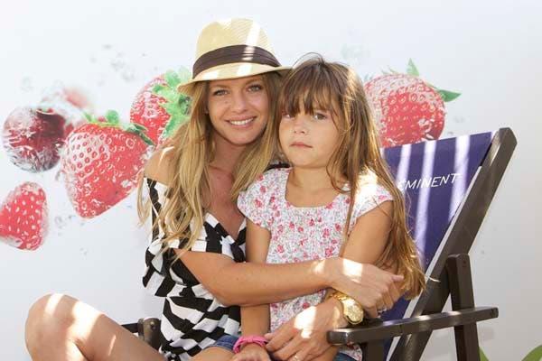 Geraldine Neumann, diosa, junto a su hija Helena Otamendi, disfrutaron de la tarde en el balneario Divisadero de Cariló. Foto: Gentileza Alurralde Jasper