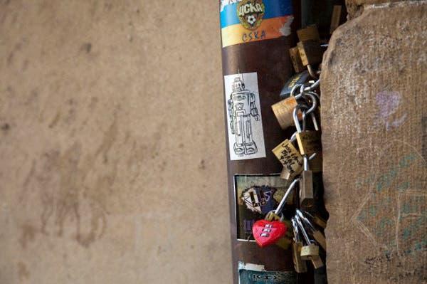 Algunos de los pocos candados afortunados que quedan en el Ponte Vecchio, Florencia, Italia. Foto: Corbis