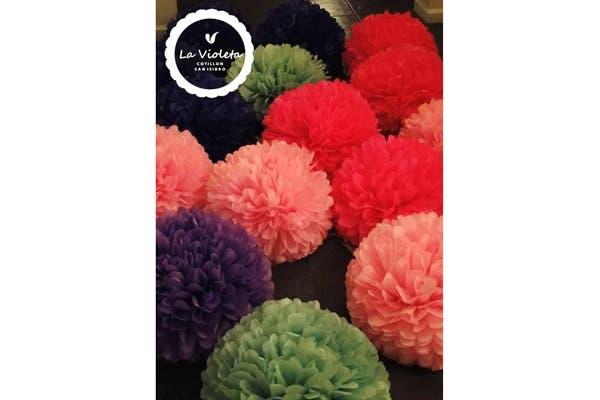 Los pompones de seda, otro de los objetos de decoración que propone la tienda. Foto: Foto: Gentileza la Violeta Cotillón