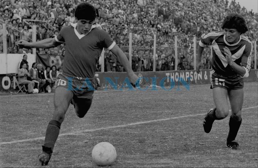 13-5-1979: en la derrota 2-1 ante Vélez, ya con el pelo corto, por el servicio militar.. Foto: LA NACION