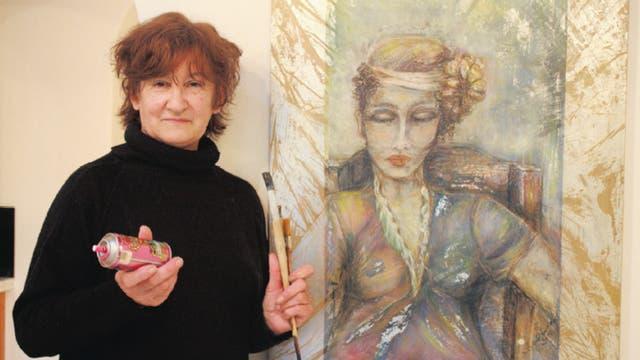 Exponente de hoy. En Martínez tiene su local María Dundo, una artista ''tapada'' que pinta flores, payasos y mujeres; ella no vende sus cuadros, sino que los expone en las paredes de su peluquería
