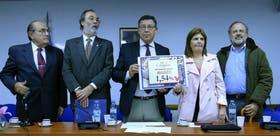 Los diputados Brown, Tonelli, Tunessi, Bullrich y Amadeo, ayer al presentar el indice paralelo de inflación; después dieron a conocer el texto contra la reforma