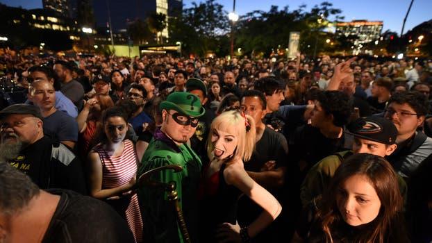 Así encendieron la Batiseñal en los Ángeles. Foto: AFP