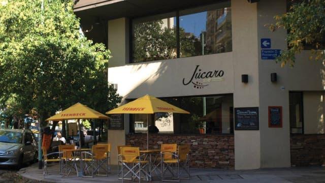 He aquí un café belgranense con cocina de excelencia. Vale la pena probar su cazuela de mejillones a la provenzal y vino blanco gratinado