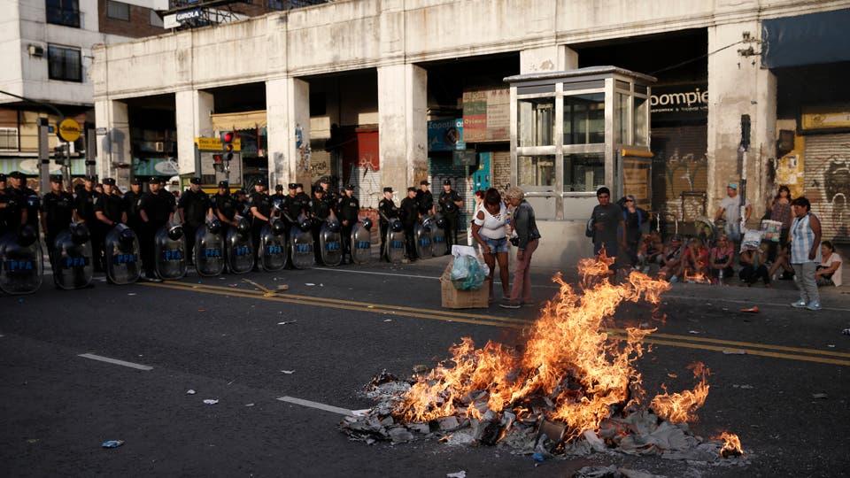 Disturbios en Once por el desalojo de los manteros de la avenida Pueyrredón. Un operativo policial impidió que ocuparan las veredas; por eso, cortaron la calle e incendiaron contenedores; al ser desplazados, hubo enfrentamientos y detenidos; negocian una reubicación. Foto: LA NACION / Santiago Filipuzzi
