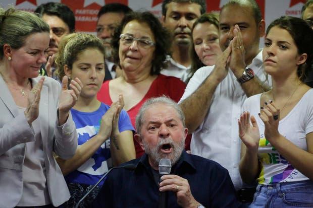 Por momentos con furia y por otros con lágrimas, Lula enfrentó a la prensa en la sede del PT, en San Pablo