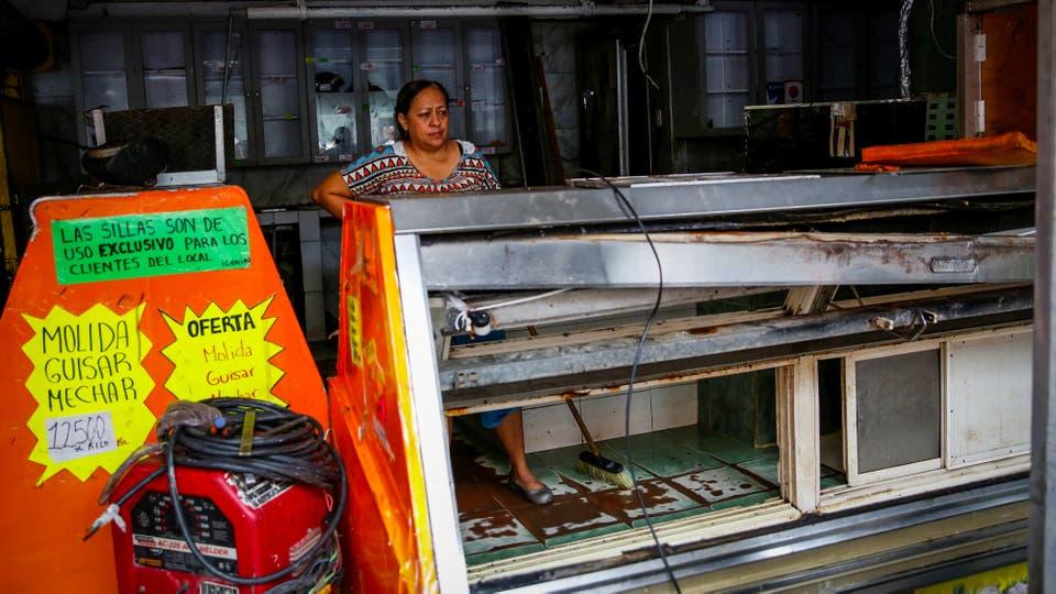 Una heladera rota en una carnicería que fue saqueada anoche. Foto: Reuters / Carlos Garcia Rawlins