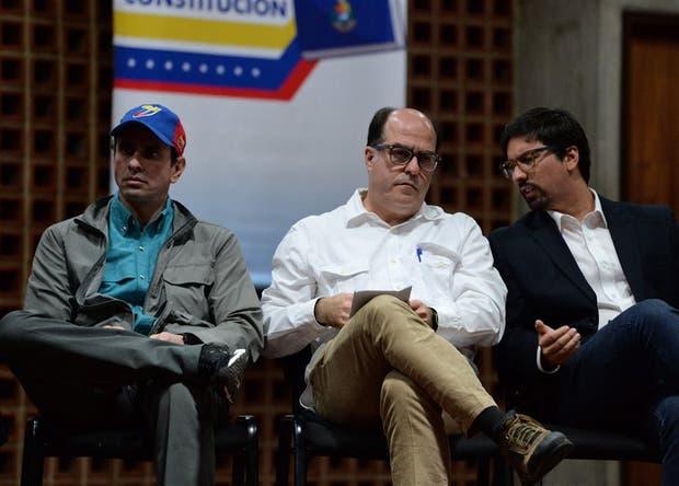 Henrique Capriles junto al presidente de la Asamblea, Julio Borges y el primer vicepresidente, Freddy Guevara