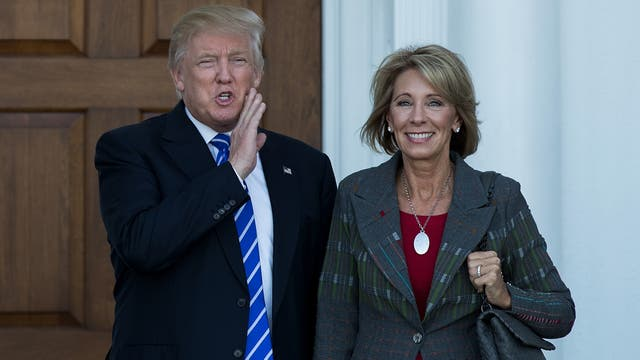 Betsy DeVos y Donald Trump