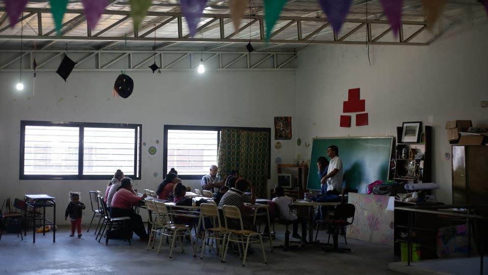 """La escuela Alegría Ahora nació en 2002 como un colegio de jóvenes y adultos. A pesar de estar a diez minutos del centro de esta ciudad, forma parte de una zona de alta vulnerabilidad, al estar rodeada por barrios """"complicados"""". Foto: LA NACION / Diego Lima"""