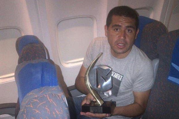 Riquelme hizo su aparición pública para mostrar su premio