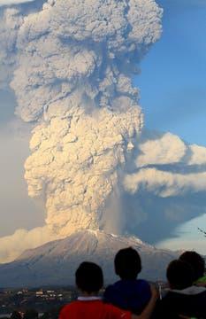 Estuvo inactivo por 43 años y repentinamente comenzó a erupcionar lo que obligó a evacuar la zona. Foto: Reuters