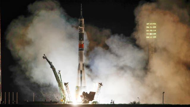 En este archivo, foto tomada el miércoles 13 de septiembre de 2017, el cohete Soyuz-FG con la nave espacial Soyuz MS-06 que transporta un nuevo tripulante a la Estación Espacial Internacional