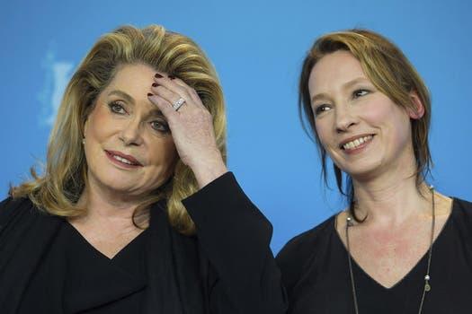 """También en Berlín, Catherine Deneuve y la directora Emmanuelle Bercot posan con mirada cómplice, durante la presentación de la película """"On My Way"""" / EFE."""